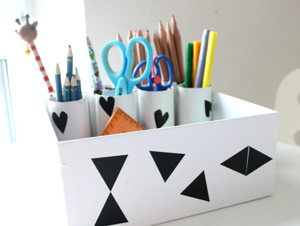 diy aufbewahrung organisation schreibtisch im kinderzimmer lifestylemommy. Black Bedroom Furniture Sets. Home Design Ideas