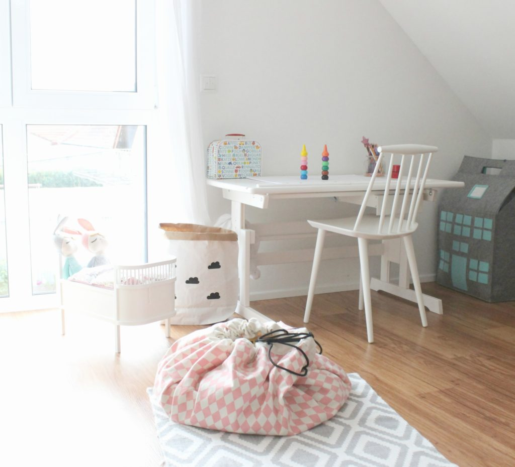 lifestylemommy interior der neue schreibtisch im kinderzimmer. Black Bedroom Furniture Sets. Home Design Ideas