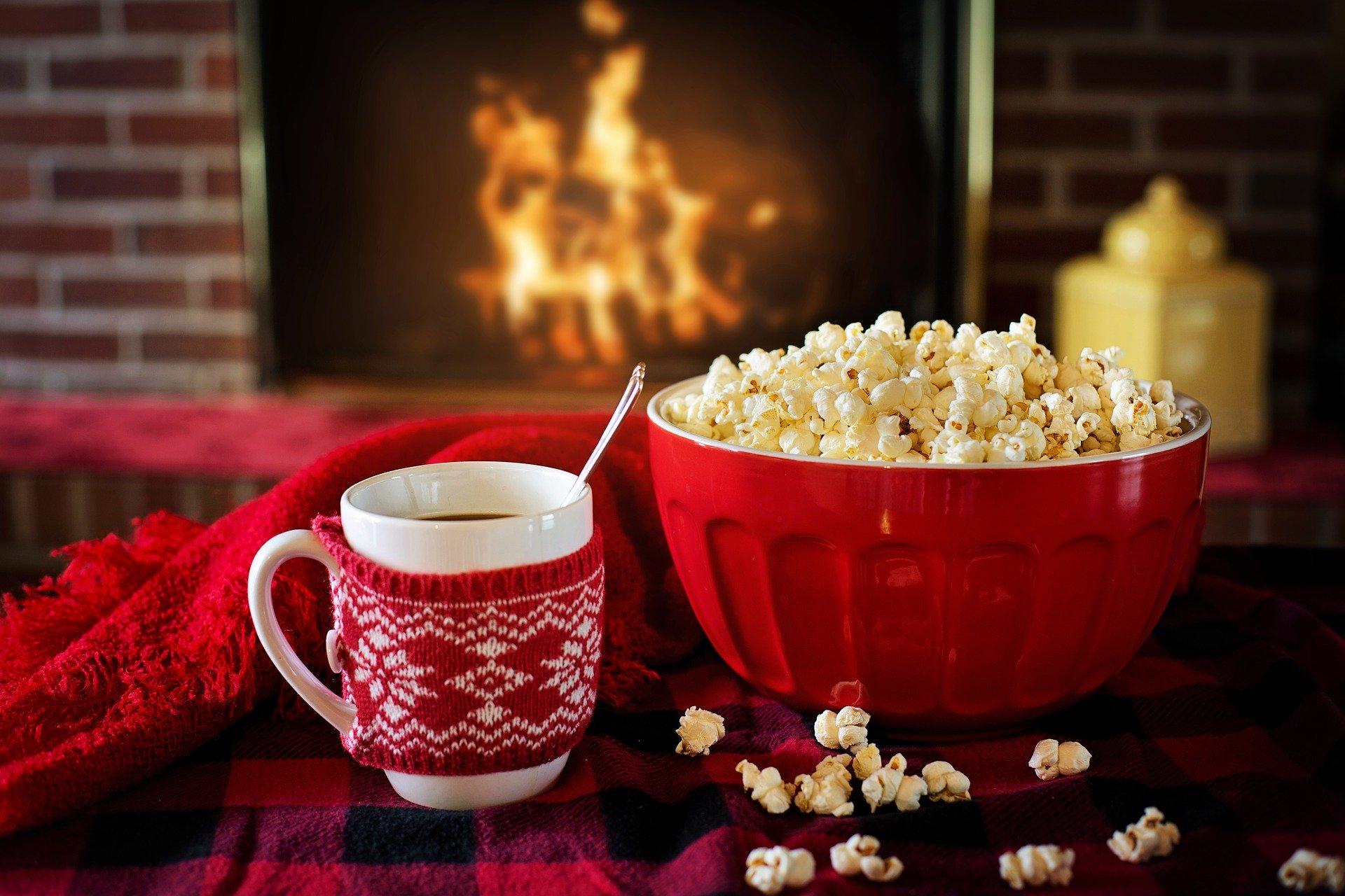 Filmabend Familie mit Popcorn